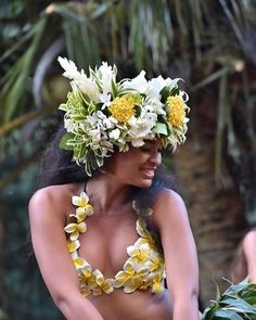 No photo description available. Hawaiian Woman, Hawaiian Girls, Hawaiian Dancers, Polynesian Dance, Polynesian Islands, Polynesian Culture, Tahitian Costumes, Tahitian Dance, Tahiti Nui
