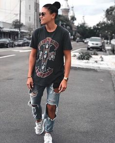 This image is an example of mannish lesbian because of the pose and the overlarge shirt with skinny jeans. Also the large watch on her wrist is a manly accessory. Cute Tomboy Outfits, Trendy Outfits, Girl Outfits, Fashion Outfits, Teenage Outfits, Boyish Outfits, Lesbian Outfits, Gay Outfit, Surfergirl Style
