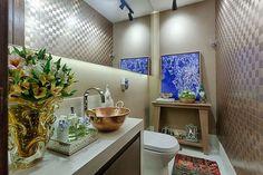 #mulpix Charmoso e elegante, o Banheiro Público Feminino, criado por Laura Baltazar, traz revestimentos práticos e econômicos. A bancada de porcelanato abriga um tacho, no lugar da cuba, dando ar rústico. O ambiente está em cartaz na mostra Morar Mais BH 2016, na praça do Papa. Foto: Gustavo Xavier.   #revistavivercasa  #arquitetura  #decoracao  #designdeinteriores  #luxo  #luxury  #design  #decor  #interiordesign  #architecture  #banheiro  #bathroom  #lavabo  #lavatory  #morarmais…