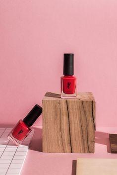 Vernis + ongles + rouge + maquillage + couleur + cosmétique + green + naturelle + box + beauté + design + packaging Pour celles qui savent sortir les griffes.
