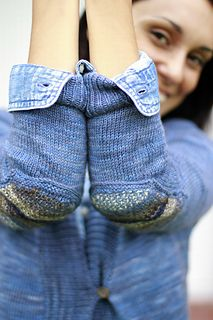 I wanted to make a very basic cardigan and add something special to the pattern… I wanted to find a sweater with a perfectly grandpa look. The yarn I used reminded me of denim color, and I didn't want to loose that sporty feeling by adding a stitch pattern or more detail… And then I thought of adding these optional Elbow Patches that make it unique.