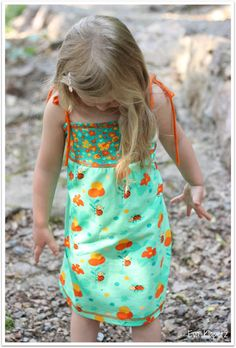 Stoffe: Sommerwiese und Sommerwiese Kombi  Unijersey orange - alles von Lillestoff Schnitt: Minikrea Trägerkleid 30001, Gr. 104, abgewandelt