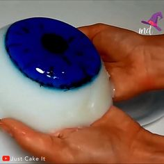 Giant eye jello dessert for your Halloween party! Credit: Just Cake It Jello Cake Recipes, Gelatin Recipes, Jello Desserts, Just Desserts, Halloween Sweets, Halloween Goodies, Halloween Party, How To Make Jello, How To Make Cake