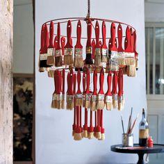 Lustre avec cercles d'abat-jour et pinceaux dont les manches sont peints en rouge