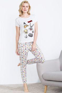 Cómodo y suave pijama de algodón compuesto por camiseta de manga corta con gráfica de personajes de Looney Tunes en la parte delantera, y pantalón largo con estampado de Looney Tunes y puños y cinturilla elásticos. Sueños divertidos garantizados.