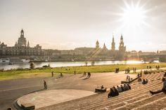 Im Sommer findet hier am Elbufer das größte Freiluftkino Deutschlands statt.