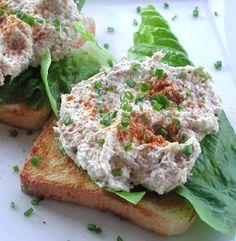 tonijnsalade van okara, met mayonaise, mosterd, citroensap, zout, peper, soeplepel bieslook,Halve cup okara en een blikje tonijn  en dan op een toastje.