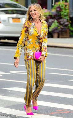 Sarah Jessica Parker from The Big Picture: Today's Hot Photos City chic! The Sex and the City alum is her usual fashionable self in an all yellow, mixed print ensemble with hot pink bag and shoes in NYC. Sarah Jessica Parker, Look Fashion, Fashion Outfits, Womens Fashion, Fashion Trends, Spring Fashion, Petite Fashion, Curvy Fashion, Fashion Bloggers