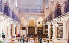 café-archipel- Paris 26 bis de la rue de Saint-Pétersbourg. Ancien couvent, chapelle, nef transformé en café, espace de co-working, bar à couture, espace lié à l'innovation sociale et événementiel solidaire.