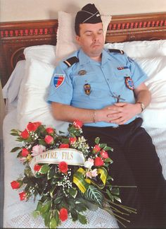 a young policeman on his deathbed Funeral Photography, Post Mortem Photography, Creepy Pictures, Pictures Of People, Memento Mori, Funeral Caskets, Post Mortem Pictures, Celebrity Deaths, Crochet Butterfly