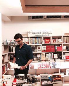 Como pez en el agua en la @libreriamasbernat  __ Foto: @aitor115  __ #libros #lectura #aprender #conocimiento