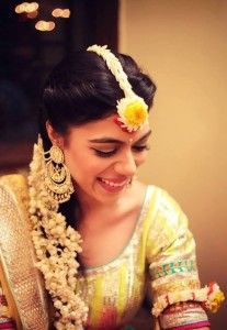 Floral jewelry ideas for your mehendi-haldi ceremony : mang tika