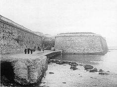 Η βορειοανατολική γωνία των Ενετικών οχυρώσεων όπου υπήρχε ο προμαχώνας Sabionera (της άμμου) ή Monecigo με τον επιπρομαχώνα Revelino Michel. Εκεί επίσης βρίσκεται και η ομώνυμη πύλη, Porta Sabbionara. Ο Προμαχώνας διατηρεί μέχρι σήμερα το ανάλογο τουρκικό όνομα Κουμ - Καπί (Kum Kapisi, μετ.:Πύλη της Άμμου) Στο μέτωπο του προμαχώνα σώζεται κυκλικό έμβλημα με το λιοντάρι του Αγίου Μάρκου και οικόσημα. Η πύλη είναι η μοναδική που σώζεται σήμερα. Creative Christmas Trees, Crete Island, Simple Photo, Old Maps, Historical Pictures, Old Pictures, Vintage Photos, Greece, The Past
