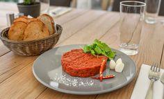 XXL tatársky biftek z pravej hovädzej sviečkovej s hriankami a cesnakom