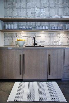 Pool House Kitchen by interior designer Laura Martin Bovard Modern Kitchen Backsplash, Kitchen Cabinets, Loft Stil, Basement Kitchen, Tiles Texture, California Homes, Cuisines Design, Decoration, Home Kitchens