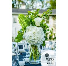A good vase will make your hydrangeas stand out #hydrangeas #ideasFDE #decoration #Colombia