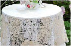 Eine zauberhafte alte Häkeldecke für die Tischdeko im Shabby Chic.