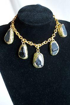 Collier composé de 5 cabochons en pâte de verre noire et pâte polymère dorée monté sur chaine or terminée par un ruban en velours noir de la boutique OthersJewels sur Etsy