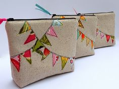 Bunting Cosmetic Bag Tutorial from Just Another Hang Up. Great way to use up those tiny scraps! Cosmetic Bag Tutorial, Pouch Tutorial, Cosmetic Pouch, Bunting Bag, Fabric Bunting, Buntings, Diy Bunting, Bunting Tutorial, Bunting Pattern