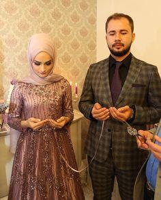 Hangi alyans bağlayabilir kalbi kalbe… Hangi im. Cute Muslim Couples, Muslim Girls, Cute Couples, Muslimah Wedding Dress, Muslim Wedding Dresses, Hijab Fashion, Fashion Outfits, Simple Hijab, Hijab Stile