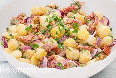 Aardappelsalade met gedroogde tomaten. Deze zomerse salade met krieltjes, rode ui, walnoten en gedroogde tomaten met yoghurt dressing is heerlijk fris. Lekker als fris bijgerechtje bij de bbq of lekker als lunch met een sneetje vers brood erbij Leuke Recepten ! Fun Cooking, Cooking Recipes, Healthy Recipes, I Love Food, Good Food, Yummy Food, Enjoy Your Meal, Yoghurt Dressing, Cold Meals