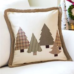 No Sew Christmas Tree Pillow | Quick and easy tutorial that includes 3 templates…