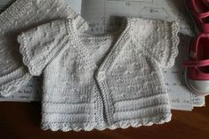 gilet 001 Baby Knitting Patterns, Free Knitting, Tricot Baby, Girl Dolls, Doll Clothes, Knit Crochet, Kids Outfits, Couture, Points