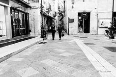 Lecce tra luce e istante [6/7]  La vita una strada e la sua apparente tranquilla quotidianità  Raffaella De Palma  [su instagram @whydigitalphoto] #giovedifotografico