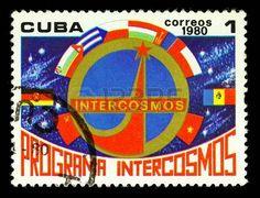 CUBA CIRCA 1980: Un timbre imprim� � Cuba montre Intercosmos embl�me, un timbre de s�rie, circa 1980. photo