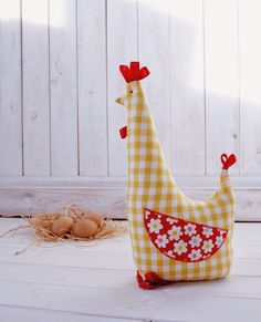 Pollo tope de puerta - Chicken Doorstop from Half Yard Heaven by Debbie Shore Chicken Crafts, Chicken Art, Doorstop Pattern, Chicken Pattern, Chickens And Roosters, Sewing Toys, Free Sewing, Coq, Spring Crafts