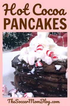 a cute Christmas gift idea! A layered mason jar with ingredients to make hot cocoa pancakes!Such a cute Christmas gift idea! A layered mason jar with ingredients to make hot cocoa pancakes! Cute Christmas Gifts, Christmas Jars, Christmas Desserts, Christmas Chocolate, Chocolate Pancakes, Chocolate Desserts, Graham, Christmas Pancakes, Pancake Art