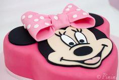 Rosa sollte es sein, mit Schokolade. Und mit einer Minnie Maus. Was macht man also, wenn die Tochter einer lieben Kollegin vierten Geburtstag feiert und solch süße Wünsche hat? Richtig, man macht e…