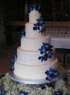 joli gateau de mariage original blanc et bleu