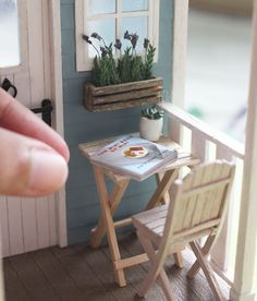 The mini as a good read on the porch Tiny Furniture, Miniature Furniture, Dollhouse Furniture, Barbie Furniture, Miniature Rooms, Miniature Crafts, Miniature Houses, Modern Dollhouse, Diy Dollhouse