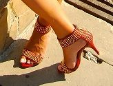 with the red sandals and the ethnic clutch you add an special touch to it.