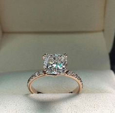Rose gold engagement rings are very popular. All jewelers include in their collections engagement rings in rose gold. Browse the most popular rings. Cute Rings, Pretty Rings, Beautiful Rings, Beautiful Engagement Rings, Rose Gold Engagement Ring, Huge Engagement Rings, Engagement Rings Princess, Princess Cut Rings, Princess Cut Diamonds