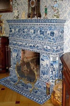 Fireplace with Delft Blue tiles Blue And White China, Blue China, Navy Blue, Delft Tiles, Art Ancien, Blue Rooms, White Tiles, Blue Tiles, White Decor