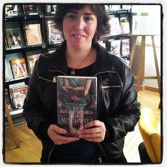 Una biblioteca escondida, libros que son un mundo....A los que nos gusta leer nos sentimos identificada con la protagonista.  Muy recomendable. Fictional Characters, World, Libros, Fantasy Characters