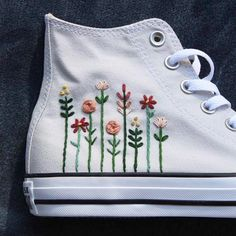 #floralembroidery Floral Embroidery, Embroidery Stitches, Embroidery Patterns, Hand Embroidery, Converse Floral, Diy Converse, Converse Shoes, Floral Sneakers, Women's Shoes