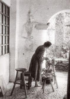 """Leonora Carrington pintando en un muro del """"Castillo"""", la casona de Edward James en Xilitla"""