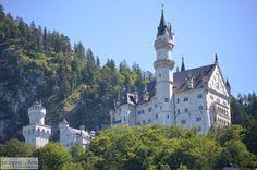 Neuschwanstein Castle at the foot of the Alps in Bavaria, Germany.  Slot Neuschwanstein aan de voeten van de Alpen in Bavaris, Duitsland.