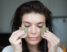 Use cold green tea bags to decrease puffiness under your eyes. The quickest way to de-puffing and tightening your under-eye skin is to apply a cold, caffeine-based product, like two cold green-tea bags, under your eyes for 5 or 6 minutes. Makeup Tips, Beauty Makeup, Hair Beauty, Makeup Hacks, Makeup Routine, Eyeliner Hacks, Hair Hacks, Beauty Hacks Using Household Items, Household Products