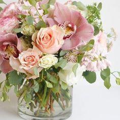 When it's Monday and all you want is something pretty #picoftheday #mondaymotivation #flowerarrangement #happymonday #pasteloftheday