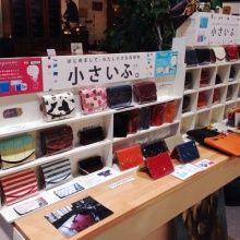 千葉インテリアで  クリスマスプレゼントランキングをしてみました。    小さいふ   小銭・お札・カード全て入る小さいふ。  人気の理由は豊富なカラーバリエーション。   大切なあの人には、何色が合うだろう・・・   どのカラーも可愛くて、しばらく悩んでしまうお客様がとっても多いです( ´艸`) Chiba, Interior, Indoor, Interiors