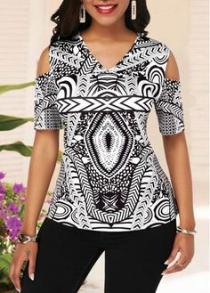 Cold Shoulder Half Sleeve V Neck Printed Blouse Styles Casual Styles Hippie fashion Fotography fashion Art fashion Drawing fashion Show fashion Hijab fashion Trendy Tops For Women, Blouses For Women, Blouse Styles, Blouse Designs, Modelos Plus Size, Moda Plus Size, Blouse Online, African Dress, Printed Blouse