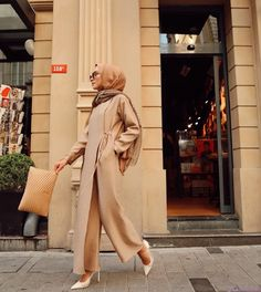 Graduation should be celebrated as the day of success, a long and challenging process. Modest Fashion Hijab, Modern Hijab Fashion, Arab Fashion, Casual Hijab Outfit, Islamic Fashion, Hijab Chic, Muslim Fashion, Casual Fall Outfits, Fashion Outfits
