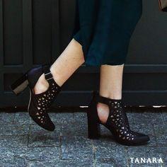 Estamos em pleno verão mas nada impede que você comece a usar JÁ as botinhas maravilhosas da nossa coleção de outono-inverno. Vale combinar com saia longa como nesse look aqui para um visual mega moderno! #comousar #tanarabrasil #shoesfirst