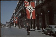 Guerre 1939-1945. La rue de Rivoli sous la croix gammée, vers la Concorde, Paris. Photographie d'André Zucca (1897-1973). Bibliothèque historique de la Ville de Paris.