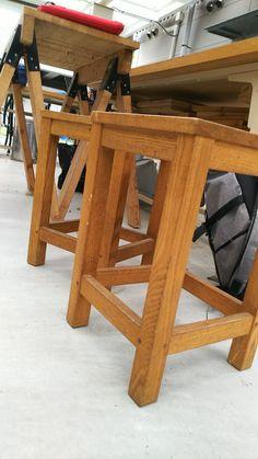 【P】材料実験室前の椅子。どの方向からでも腰掛けられます。背もたれがないので邪魔になりません。