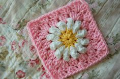 tillie tulip - a handmade mishmosh: Adding rounds to the daisy - Would be adorable for a baby girl blanket!